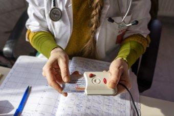 Kötelező az egészségügyi kártya – Háziorvosok szerint az azonosító kézről-kézre adása is terjesztheti a vírust