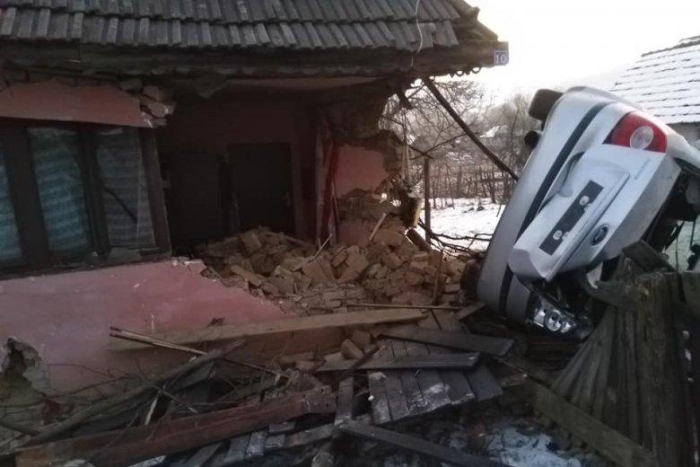 Házba csapódott egy személygépjármű Kebelén