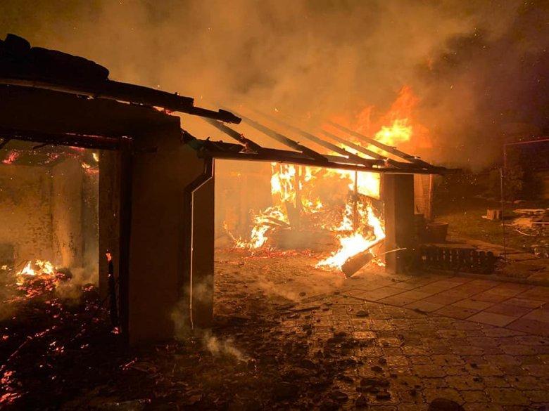 Lakóházaknál, garázsnál, szalmabáláknál léptek közbe a tűzoltók