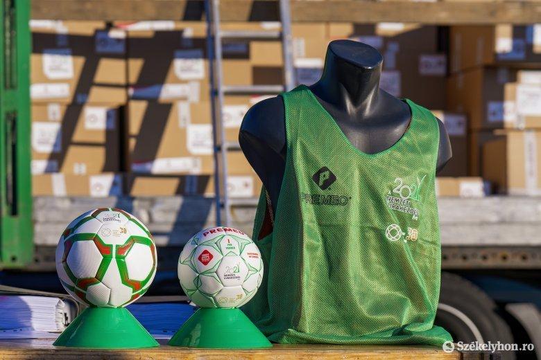 Sportszercsomagokat kaptak a Maros megyei iskolások