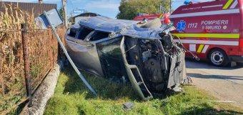 Betonoszlopnak ütközött az autó, egy személy életét vesztette, hárman megsérültek
