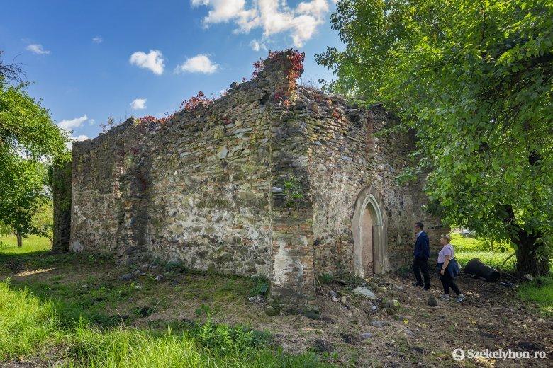 Árpád-kori templom a lombok alatt: életerős a marosfelfalui református közösség