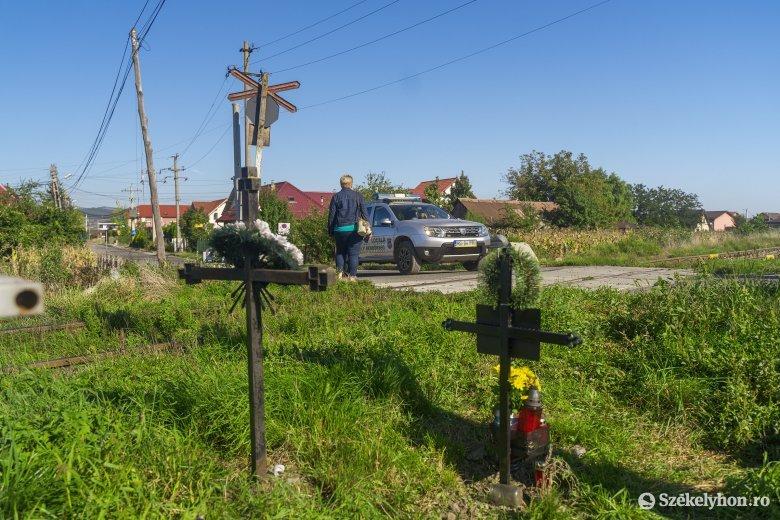Keresztek emlékeztetnek a halálos balesetekre, most sorompókat szerelnek a vasúti átjárókhoz