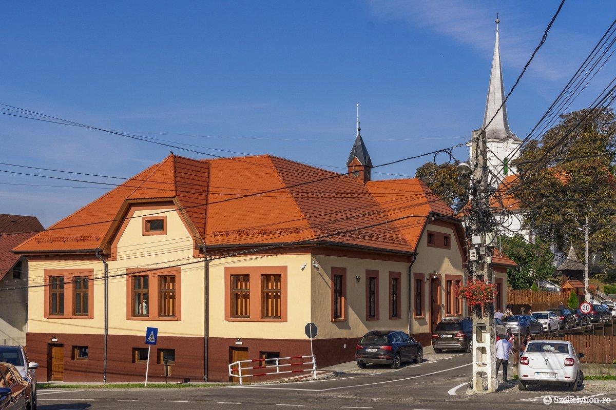A templom szomszédságában lévő, ez egykori református iskola épületét újították fel Koronkán •  Fotó: Haáz Vince