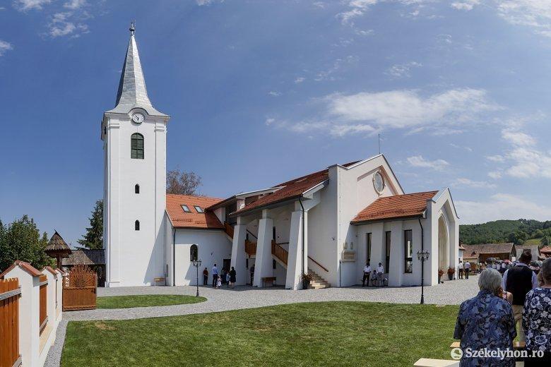 Rangos vendégek jelenlétében szentelték fel Mezőpanit új református templomát