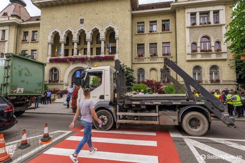 Szemeteskocsikkal is a városháza elé vonultak tiltakozni