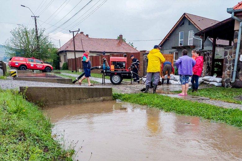 Tizenkét megye csaknem harminc településén voltak áradások; egy férfi életét vesztette