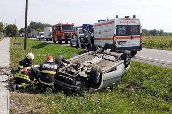 Az árokba borult egy autó Gernyeszeg és Körtvélyfája között