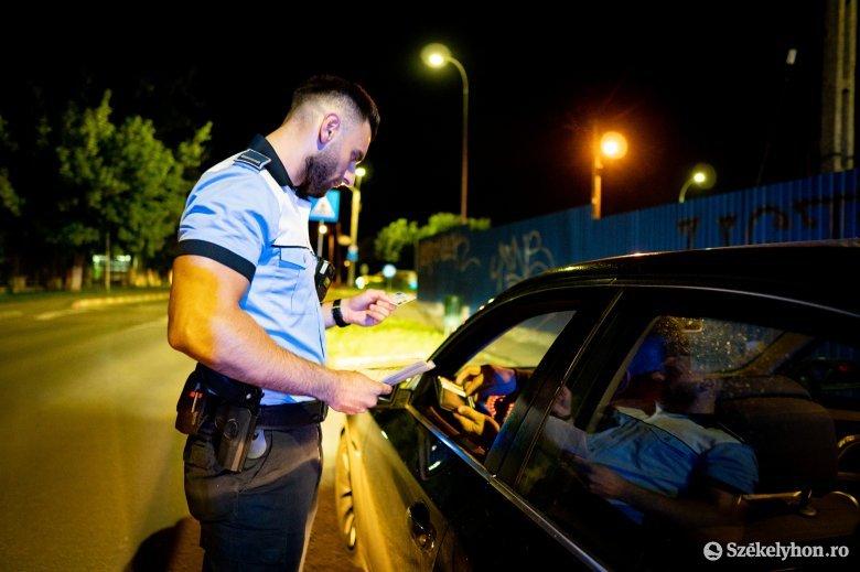 Tolatva próbált menekülni, miután meglátta az út szélén állomásozó rendőröket
