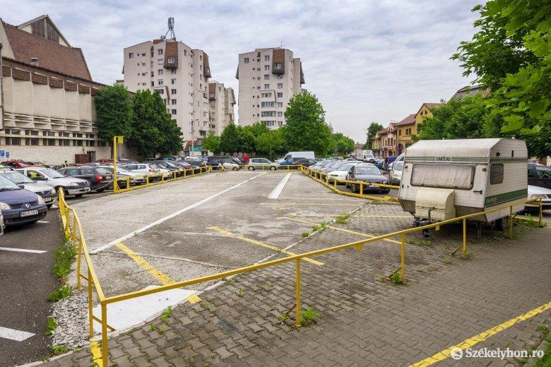 Emeletes parkolóházat építenének, ám telekvita nehezíti a tervezett beruházást