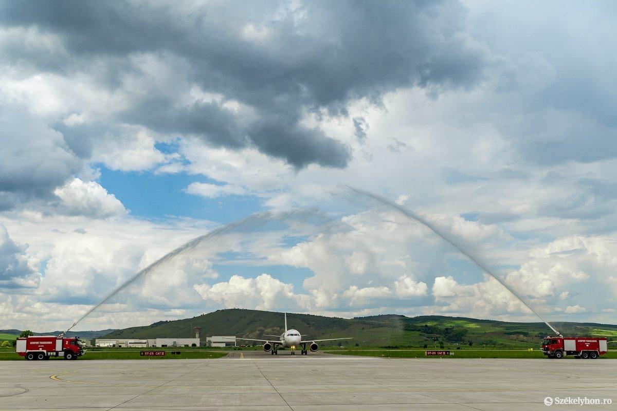 Vízkapuval fogadták az új légitársaság repülőgépét •  Fotó: Haáz Vince