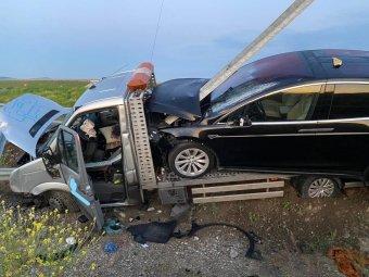 Az autópálya szalagkorlátjának csapódott egy személyautót szállító haszongépjármű