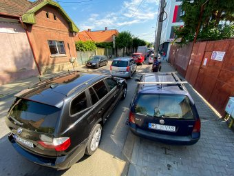 """Parkolási gondok """"betegítik"""" a vásárhelyieket: mindennapos bonyodalmat okoz a magánklinikák körüli zsúfoltság"""