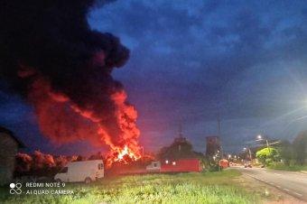 Több mint 13 órán át küzdöttek a gyulakutai bútorgyárnál felcsapott lángokkal