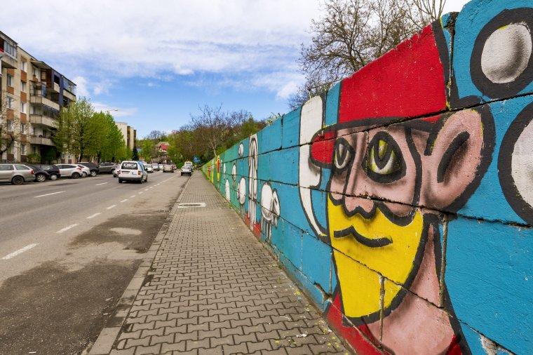 Színes utcaművészeti alkotásokat terveznek a szürke falakra