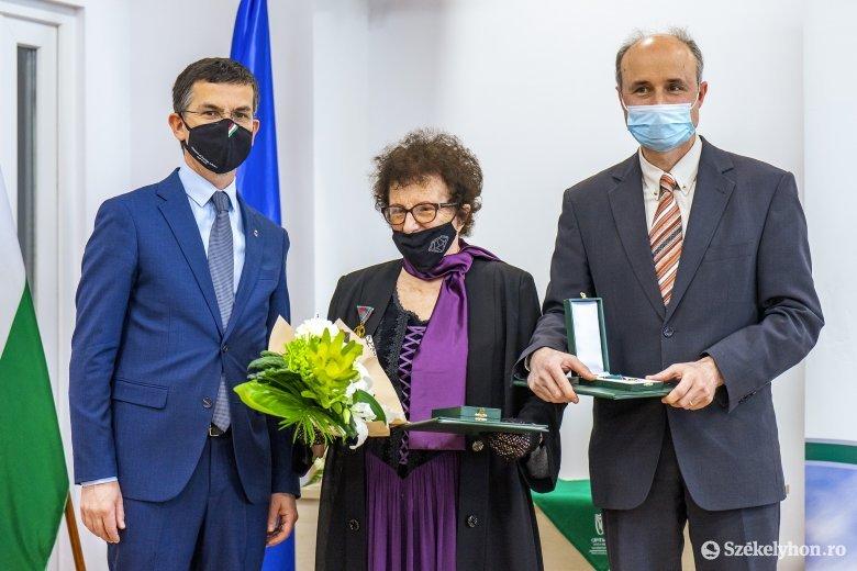 Magyar állami kitüntetést vett át Kelemen András egyetemi tanár és Buksa Éva Mária pedagógus, író