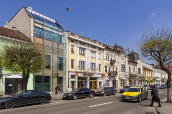 """""""Üvegházeffektus"""" Marosvásárhely főterén: a beruházó ígéretei ellenére tájidegen elemet építettek a műemlékegyüttes utcafrontján"""