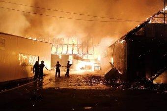 Órákig küzdöttek a lángokkal a tűzoltók, miután kigyúlt egy bútorgyár raktára