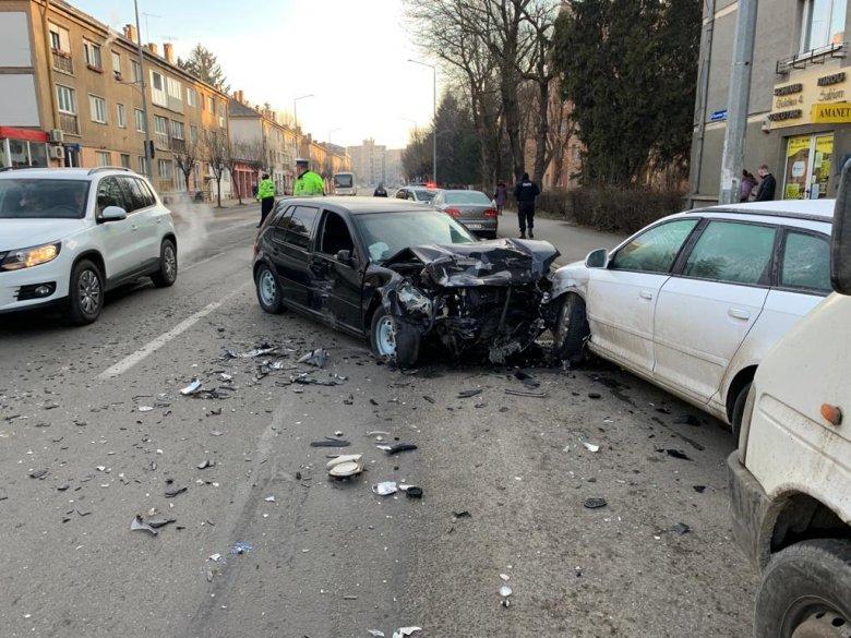 Két autó ütközött, életveszélyes állapotban szállítottak kórházba egy idős férfit
