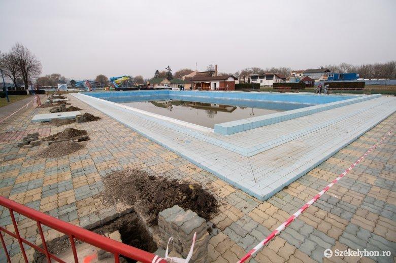A tervek szerint májustól lehet majd használni a víkendtelepi sátortetős medencét