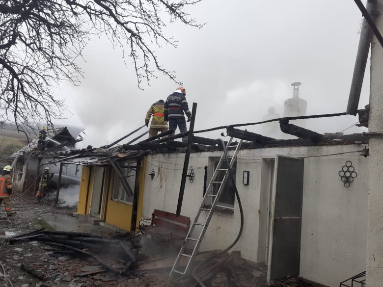 Tűz ütött ki, egy férfi enyhe égési sérüléseket szenvedett