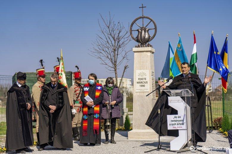 Felavatták a fekete március áldozatainak emlékművét Marosszentgyörgyön