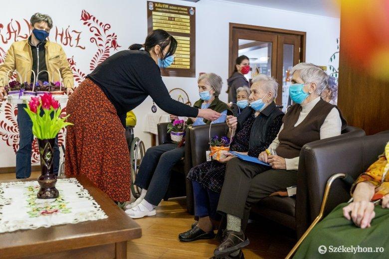 Székelyföldi öregotthonok lakóit ajándékoztuk meg húsvétra
