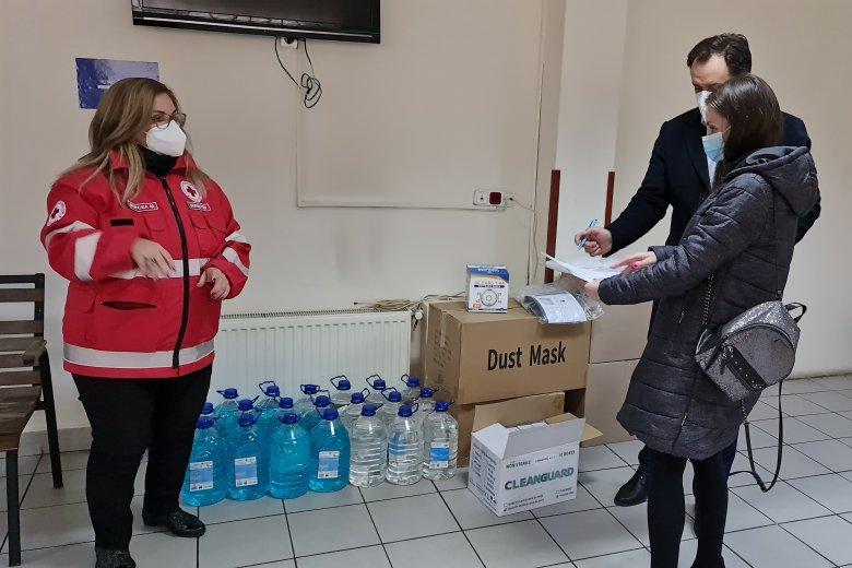Maszk- és kézfertőtlenítő-adományt kaptak a marosvásárhelyi oltóközpontok