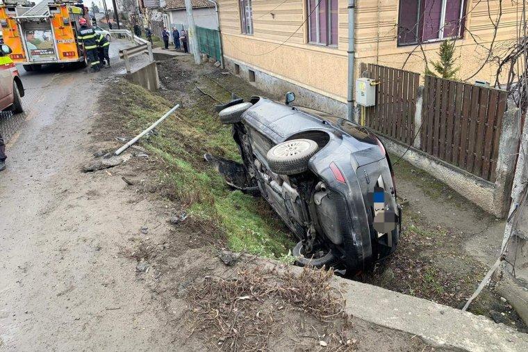 Gépkocsi lobbant lángra, autó sodródott árokba, haszongépjármű borult fel