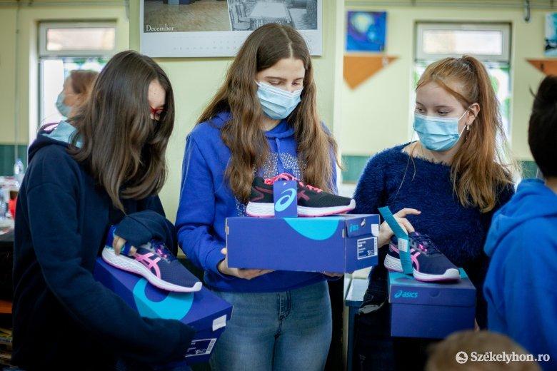 Egészség és közösségszervezés: átadták a száz pár sportcipőt a magyarfülpösi gyerekeknek