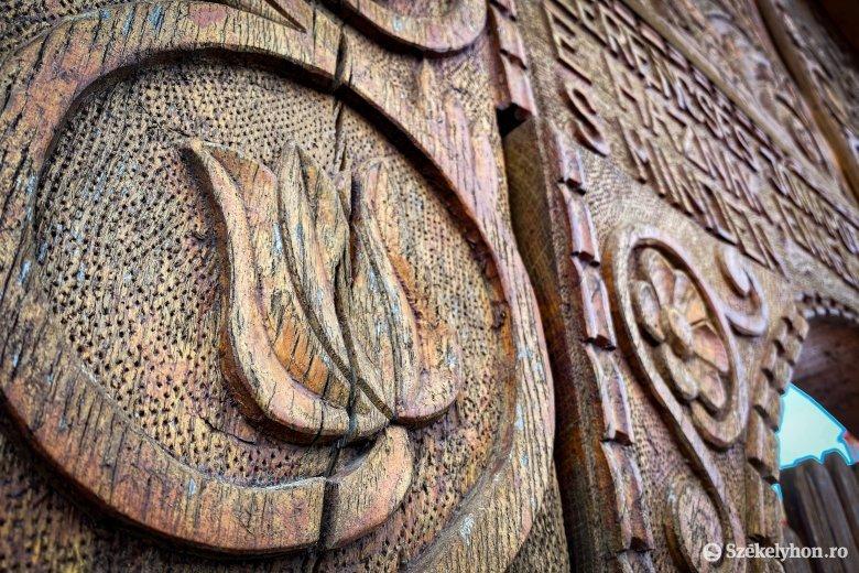 Felújításra szorul a mikházi Csűrszínház székely kapuja