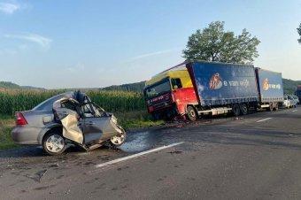 Kamionnal ütközött egy személyautó, a sofőrnek esélye sem volt a túlélésre