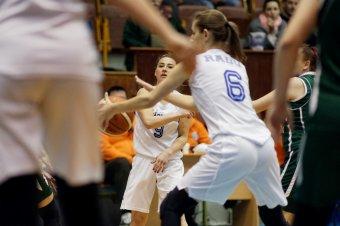 """""""Kikosarazták"""" a vásárhelyi lányokat: pénzhiány miatt megszüntették a városi sportklub felnőtt női kosárlabdacsapatát"""